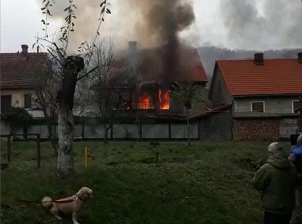 Incendiu devastator cu pericol de extindere, la o casă din Reșița VIDEO