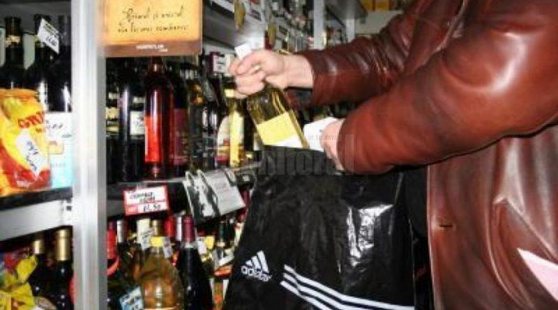 Tineri bănuiți că au spart un magazin în Reșița