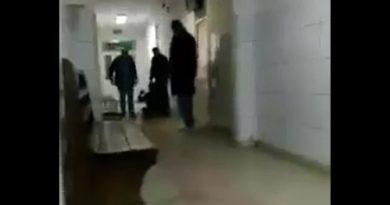 Scandal la spital! Un cetean in stare de ebrietate, a fost scos brutal, de pe holul Spitalului Judetean  VIDEO