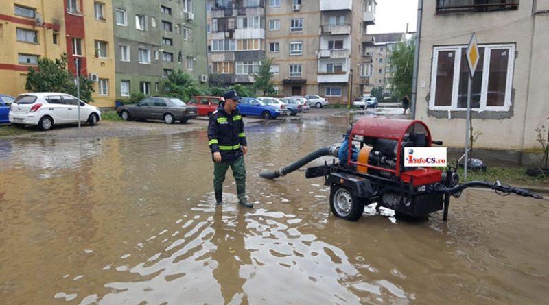Ploaie torențială cu străzi inundate la Resita VIDEO