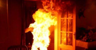 Un barbat din Caransebes si-a dat singur foc in casa