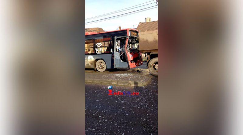 Un autobuz a lovit o basculanta in zona vămii Reșița VIDEO