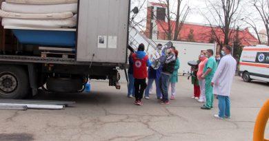 Două tiruri cu echipamente medicale si mobilier au ajuns la Spitalul Județean din Resita VIDEO