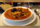 Mâncare scăzută din varză dulce cu afumătură și cârnați în untură de la garniță VIDEO